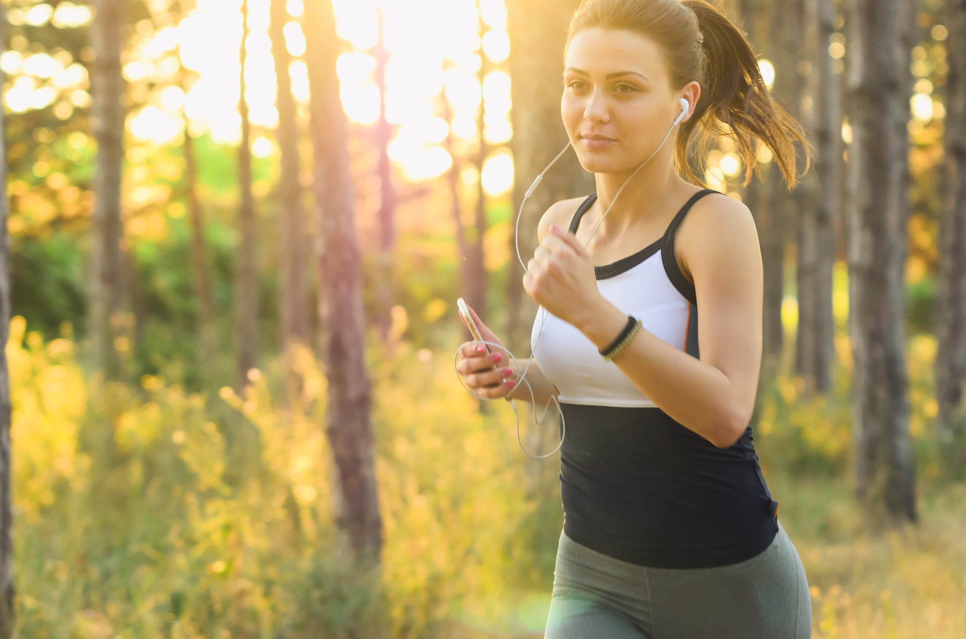 Une jeune femme faisant de la course à pied